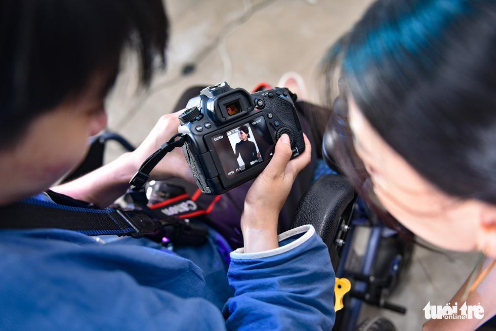 Niềm đam mê nhiếp ảnh trên chiếc xe lăn - Ảnh 12.