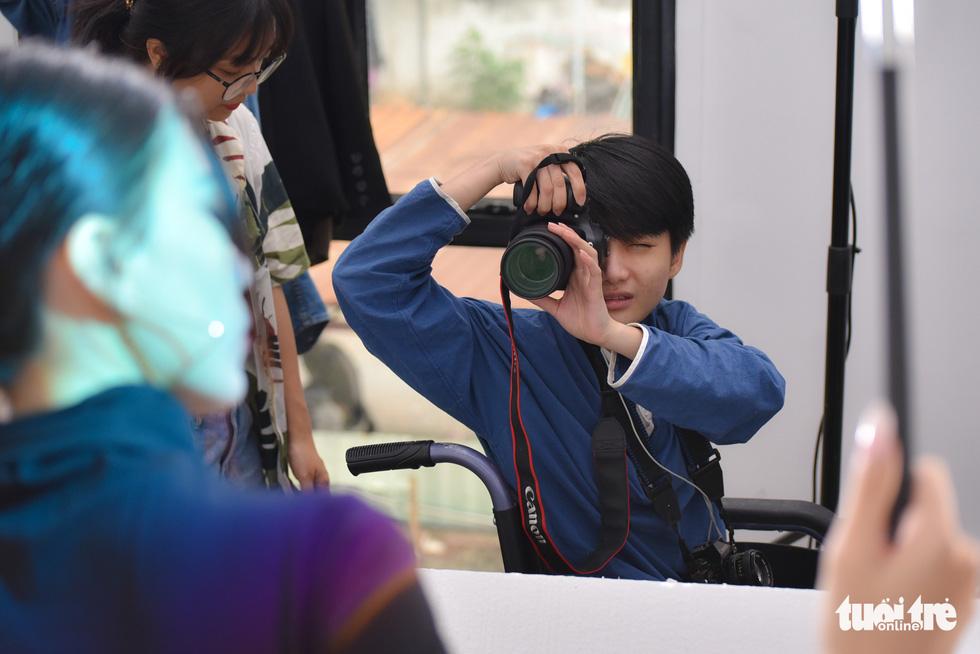 Niềm đam mê nhiếp ảnh trên chiếc xe lăn - Ảnh 8.