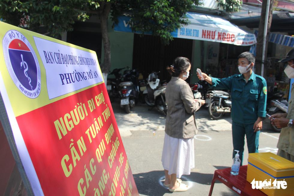 Chợ Đà Nẵng thưa vắng khách trong ngày đầu thu phiếu đi chợ - Ảnh 1.