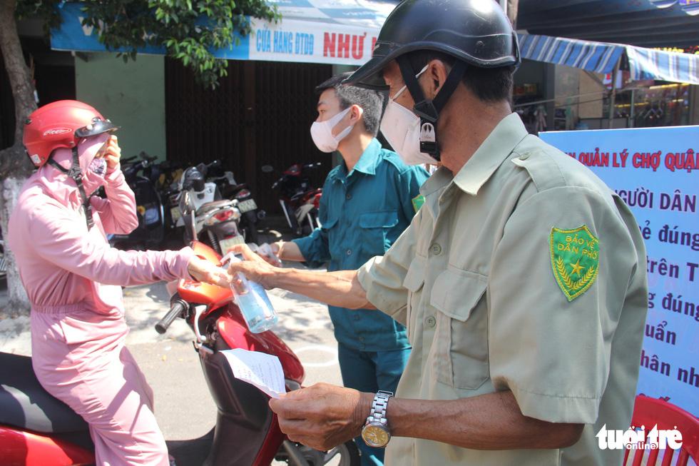 Chợ Đà Nẵng thưa vắng khách trong ngày đầu thu phiếu đi chợ - Ảnh 6.