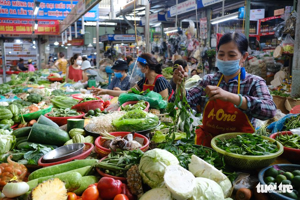 Chợ Đà Nẵng thưa vắng khách trong ngày đầu thu phiếu đi chợ - Ảnh 10.