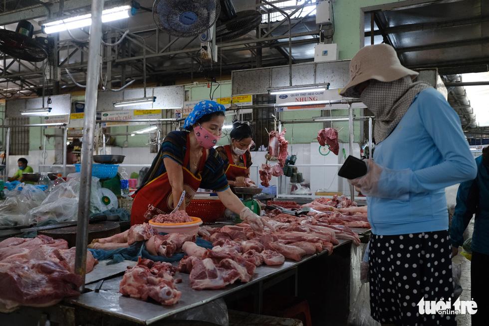 Chợ Đà Nẵng thưa vắng khách trong ngày đầu thu phiếu đi chợ - Ảnh 3.