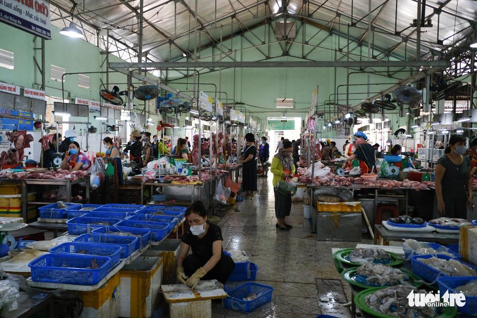 Chợ Đà Nẵng thưa vắng khách trong ngày đầu thu phiếu đi chợ - Ảnh 8.