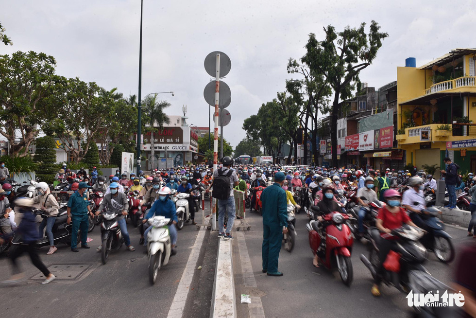 Lại xả trạm kiểm soát ra vào quận Gò Vấp do ùn ứ hàng ngàn người - Ảnh 2.