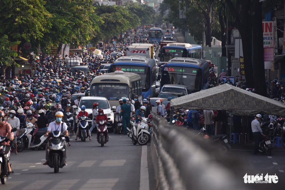 Lại xả trạm kiểm soát ra vào quận Gò Vấp do ùn ứ hàng ngàn người - Ảnh 6.