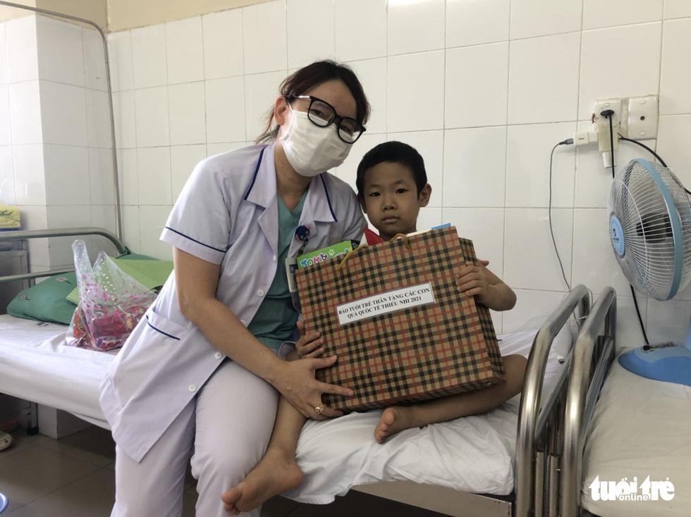Tết thiếu nhi của bệnh nhi ở 10 bệnh viện: Ôi, con mèo này xịn lắm đó - Ảnh 11.