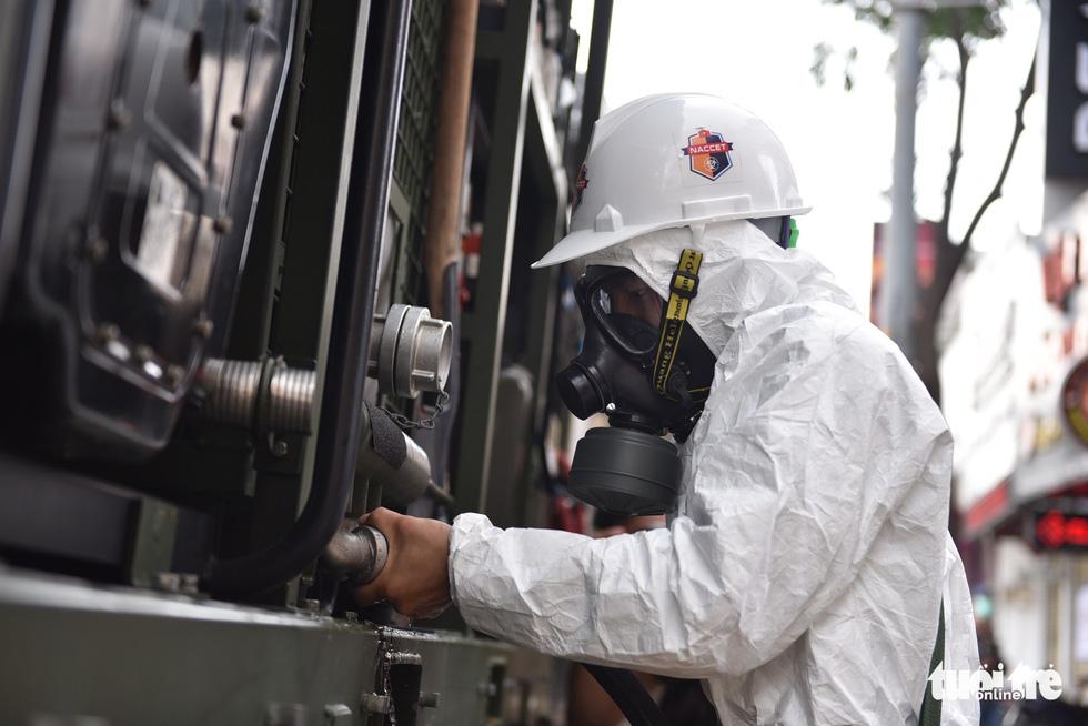 Bộ đội hóa học phun khử khuẩn nhiều đường ở quận Gò Vấp - Ảnh 3.