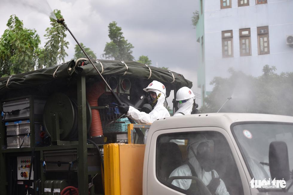 Bộ đội hóa học phun khử khuẩn nhiều đường ở quận Gò Vấp - Ảnh 2.