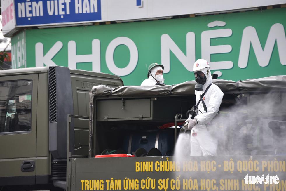 Bộ đội hóa học phun khử khuẩn nhiều đường ở quận Gò Vấp - Ảnh 5.