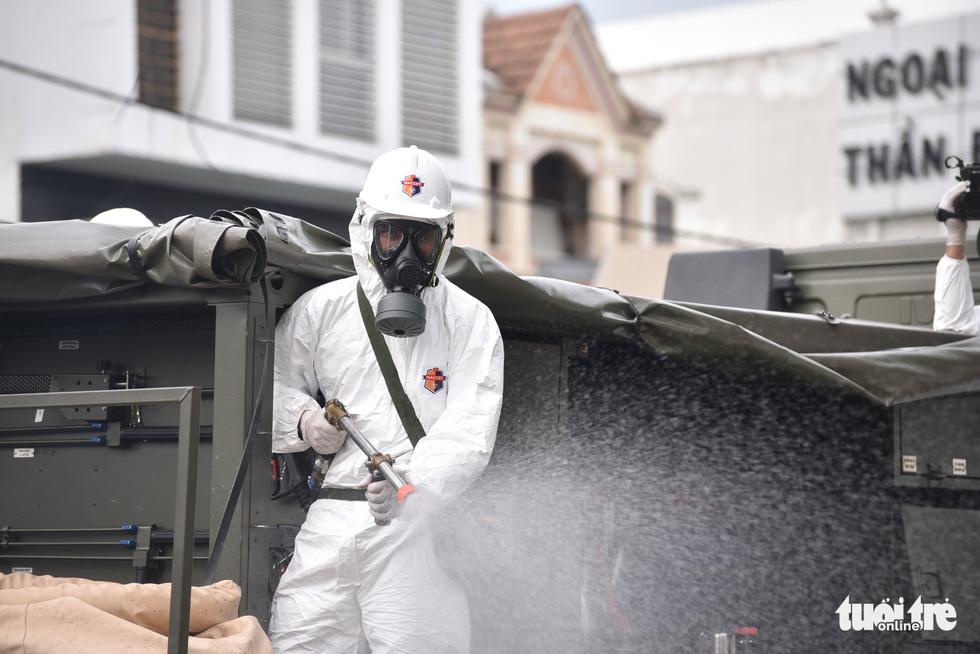 Bộ đội hóa học phun khử khuẩn nhiều đường ở quận Gò Vấp - Ảnh 1.
