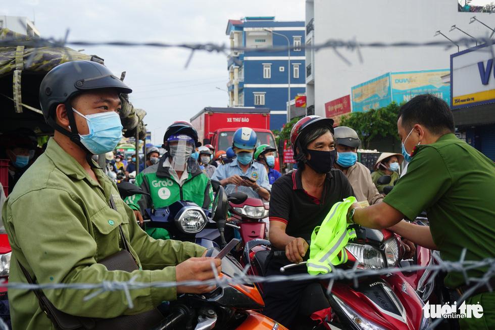 Lại xả trạm kiểm soát ra vào quận Gò Vấp do ùn ứ hàng ngàn người - Ảnh 7.