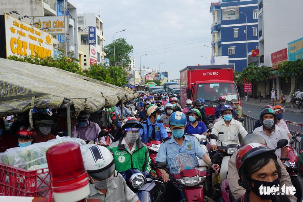 Lại xả trạm kiểm soát ra vào quận Gò Vấp do ùn ứ hàng ngàn người - Ảnh 4.