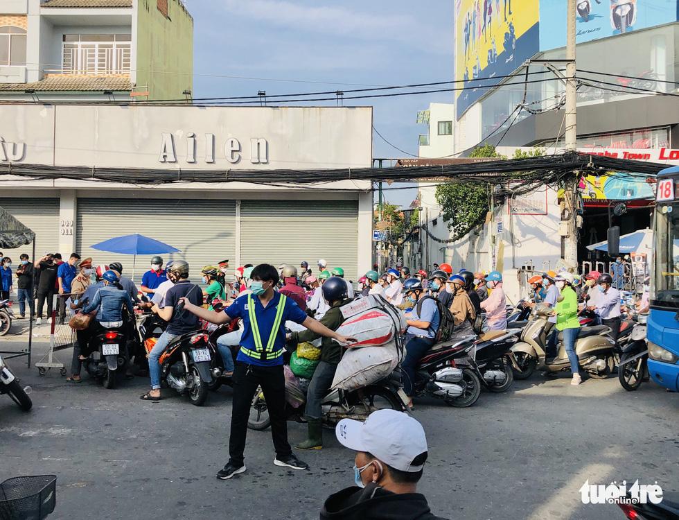 Lại xả trạm kiểm soát ra vào quận Gò Vấp do ùn ứ hàng ngàn người - Ảnh 10.