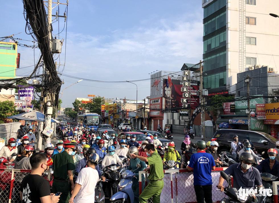 Lại xả trạm kiểm soát ra vào quận Gò Vấp do ùn ứ hàng ngàn người - Ảnh 11.