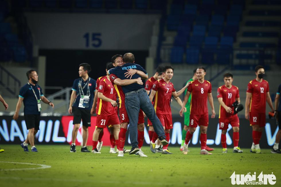 HLV Park Hang Seo ôm chặt Quế Ngọc Hải và Tấn Trường sau chiến thắng - Ảnh 1.