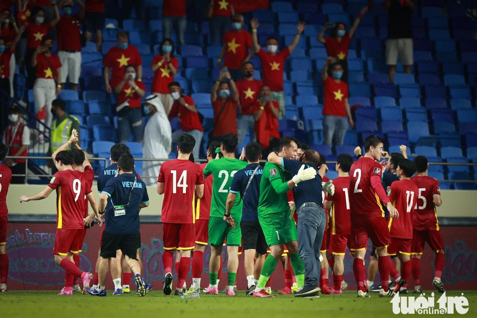HLV Park Hang Seo ôm chặt Quế Ngọc Hải và Tấn Trường sau chiến thắng - Ảnh 2.