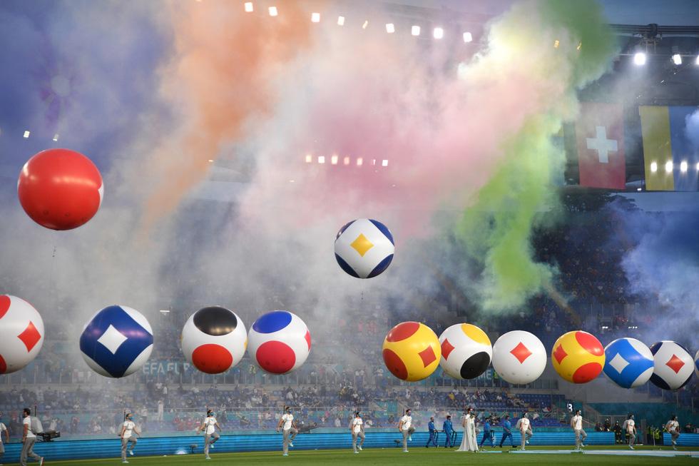 Lễ khai mạc Euro 2020 đơn giản và ấn tượng - Ảnh 4.
