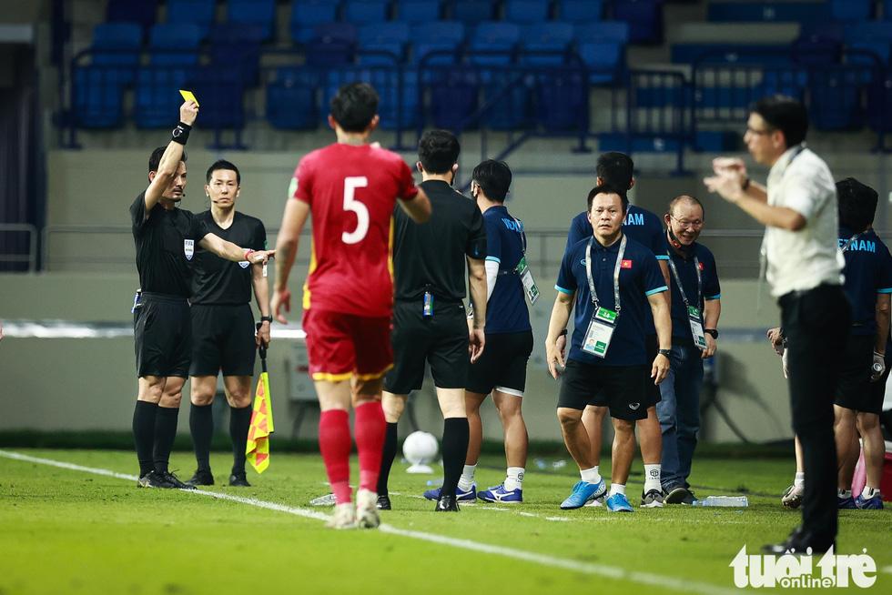 HLV Park Hang Seo ôm chặt Quế Ngọc Hải và Tấn Trường sau chiến thắng - Ảnh 4.