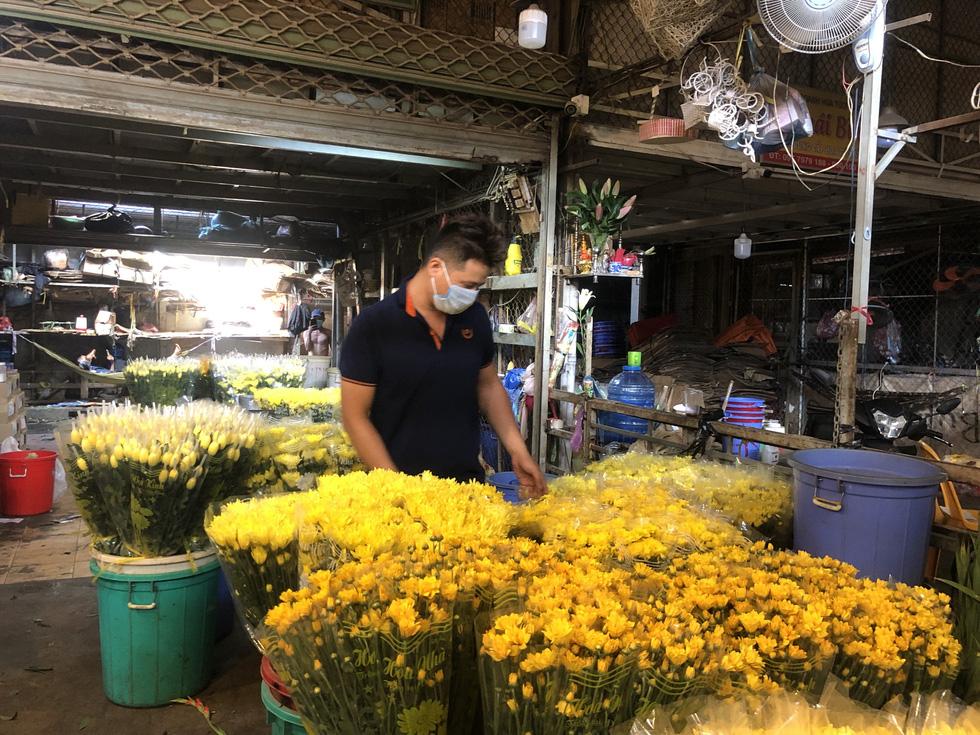 Cúc, ly, lay ơn… xuống nhiều, chợ hoa Đầm Sen nhộn nhịp ngày đầu mở cửa - Ảnh 3.