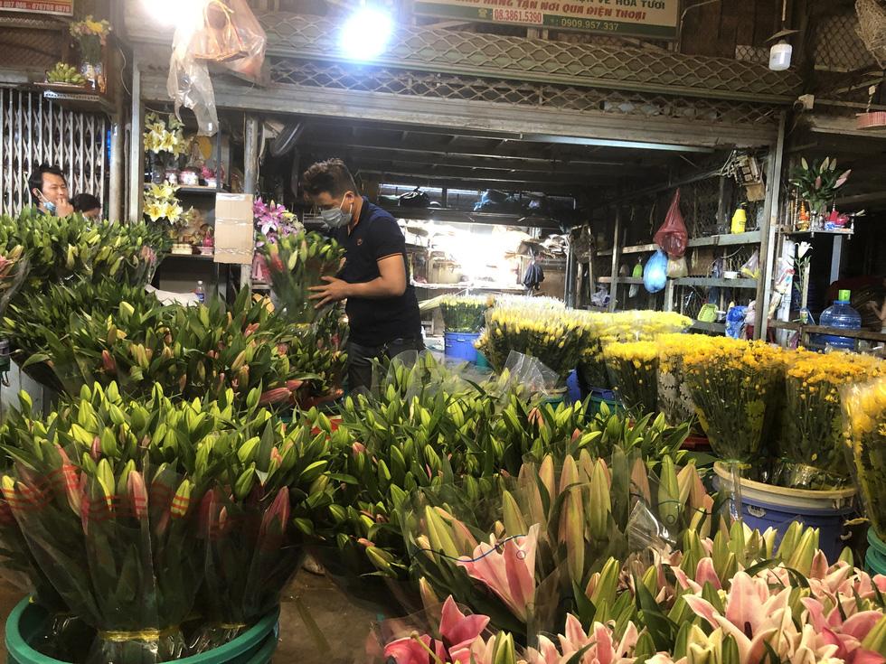 Cúc, ly, lay ơn… xuống nhiều, chợ hoa Đầm Sen nhộn nhịp ngày đầu mở cửa - Ảnh 2.