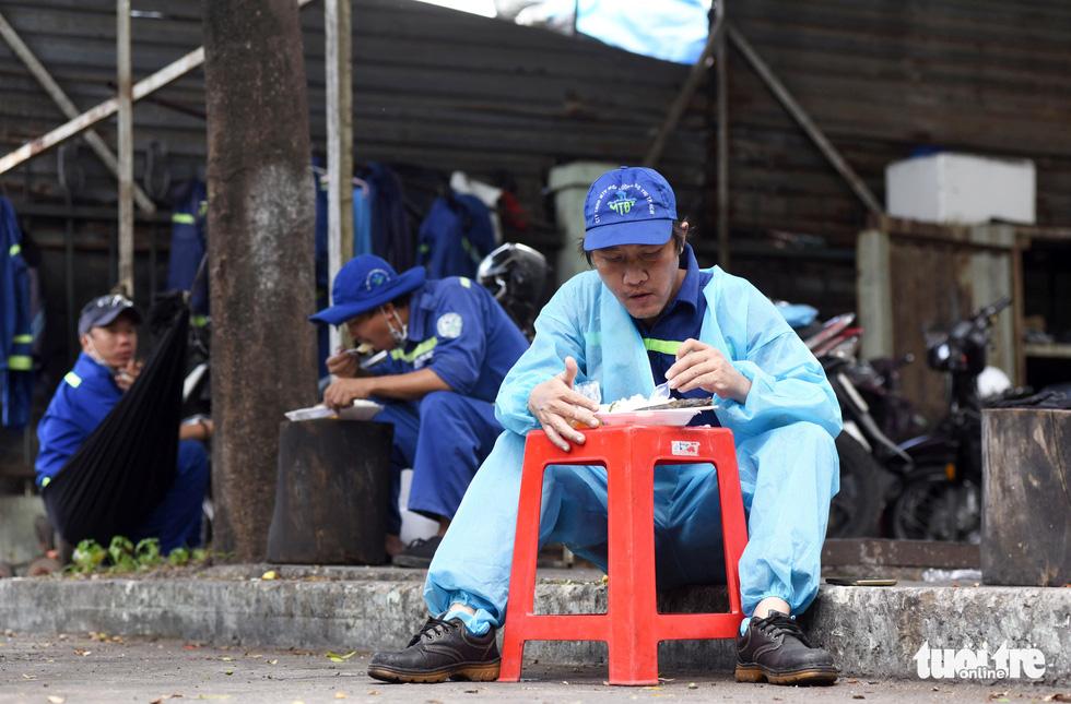 Công nhân vận chuyển rác thải y tế - những chiến sĩ chống dịch thầm lặng - Ảnh 11.