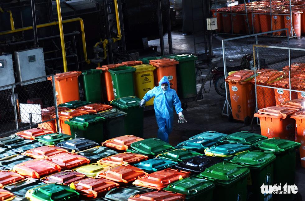 Công nhân vận chuyển rác thải y tế - những chiến sĩ chống dịch thầm lặng - Ảnh 2.