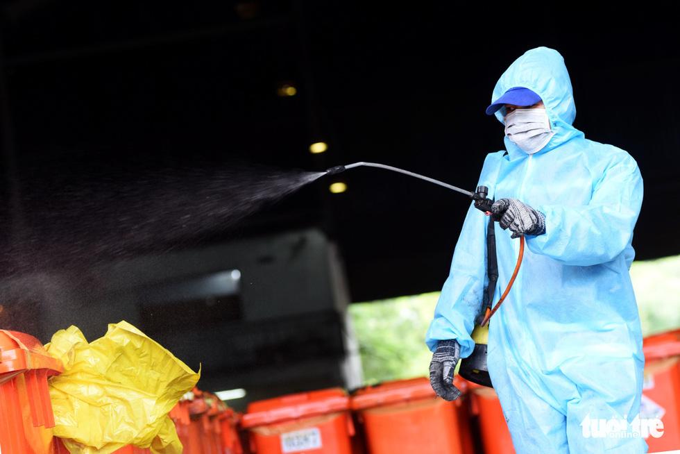 Công nhân vận chuyển rác thải y tế - những chiến sĩ chống dịch thầm lặng - Ảnh 1.