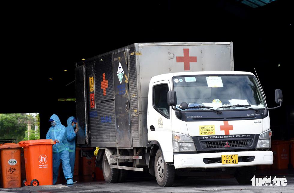 Công nhân vận chuyển rác thải y tế - những chiến sĩ chống dịch thầm lặng - Ảnh 7.