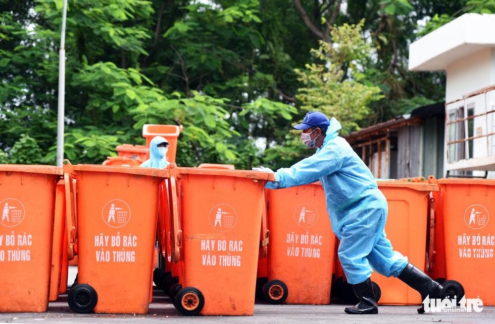 Công nhân vận chuyển rác thải y tế - những chiến sĩ chống dịch thầm lặng - Ảnh 12.