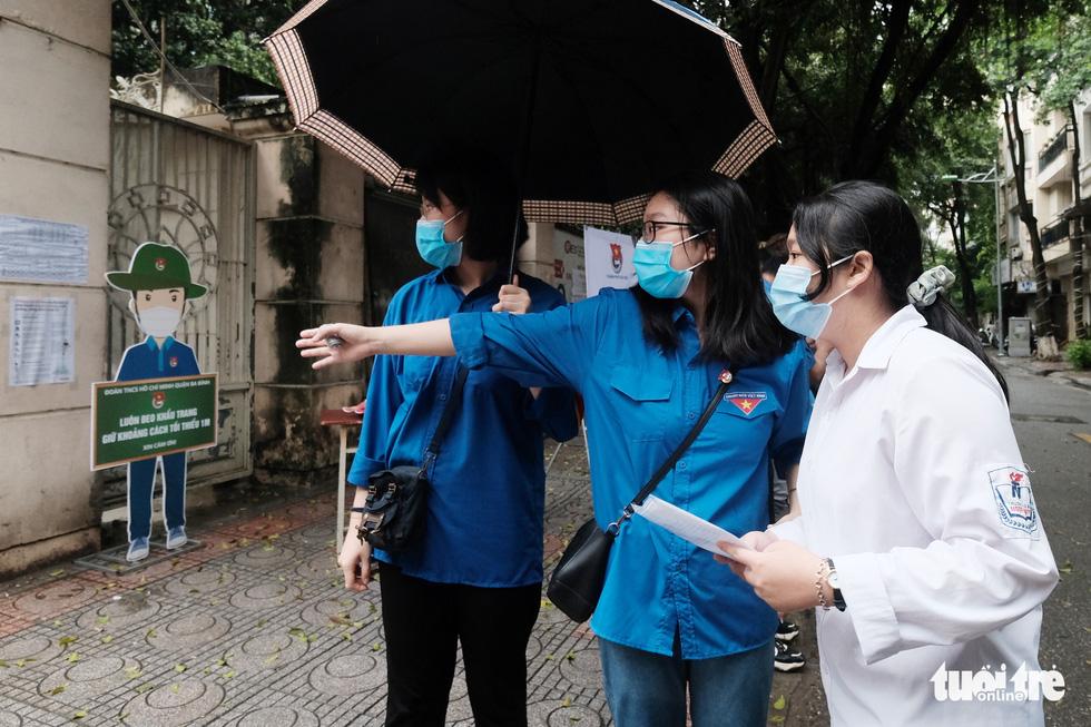 Sĩ tử Hà Nội đội mưa bước vào kỳ thi vào lớp 10 - Ảnh 5.