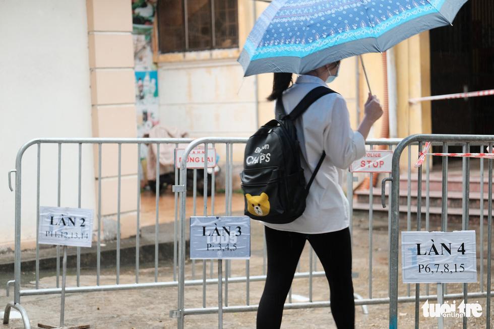 Sĩ tử Hà Nội đội mưa bước vào kỳ thi vào lớp 10 - Ảnh 6.