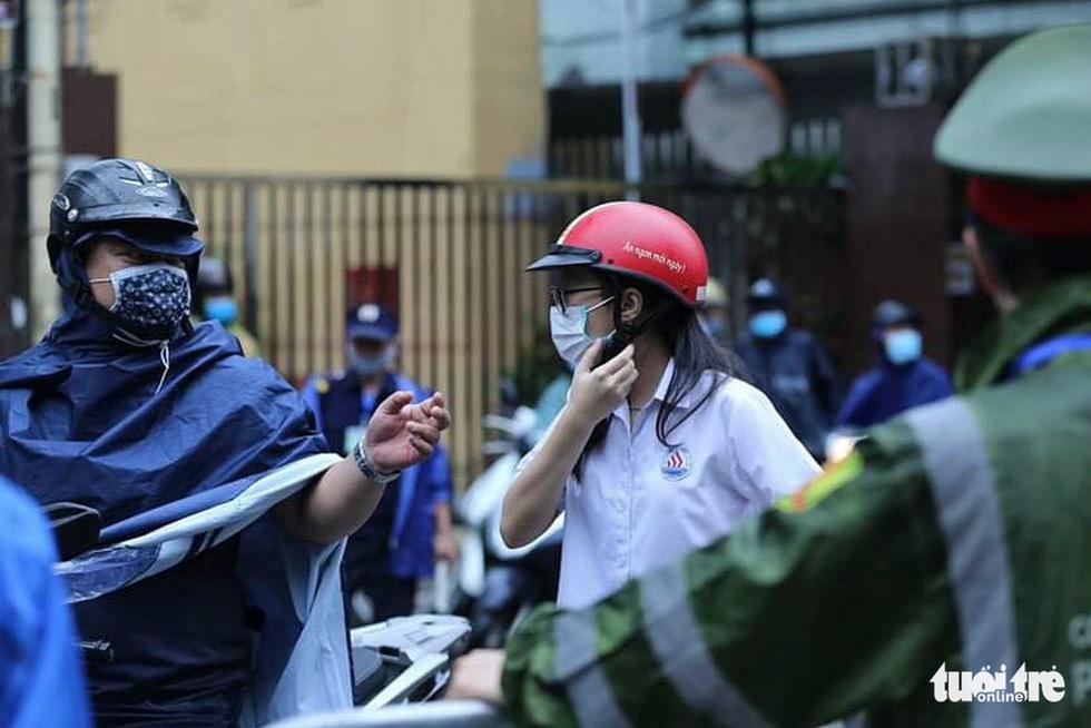 Sĩ tử Hà Nội đội mưa bước vào kỳ thi vào lớp 10 - Ảnh 1.