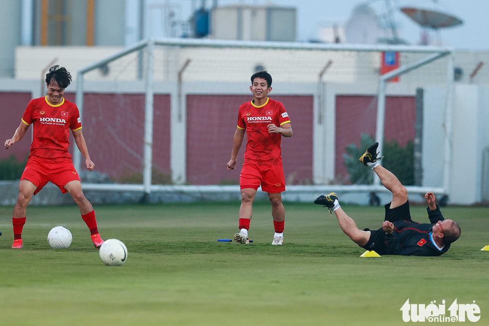 """HLV Park Hang Seo ngã sõng soài khi chơi """"đá ma"""" cùng Văn Toàn, Văn Thanh - Ảnh 1."""