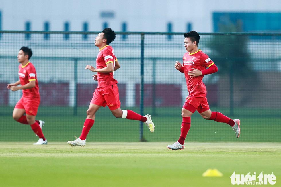 """HLV Park Hang Seo ngã sõng soài khi chơi """"đá ma"""" cùng Văn Toàn, Văn Thanh - Ảnh 3."""