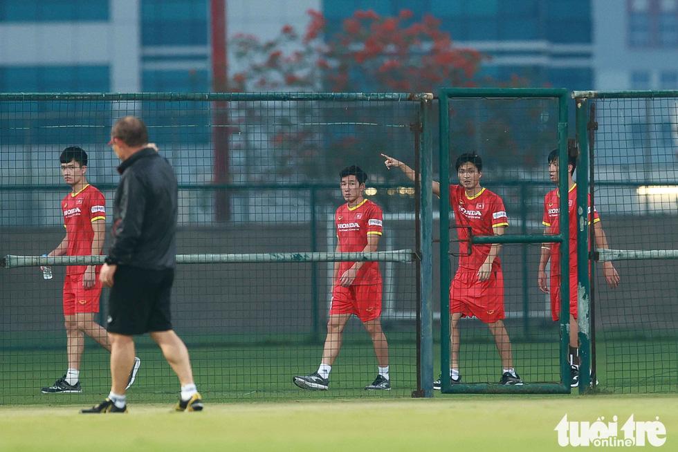 """HLV Park Hang Seo ngã sõng soài khi chơi """"đá ma"""" cùng Văn Toàn, Văn Thanh - Ảnh 4."""