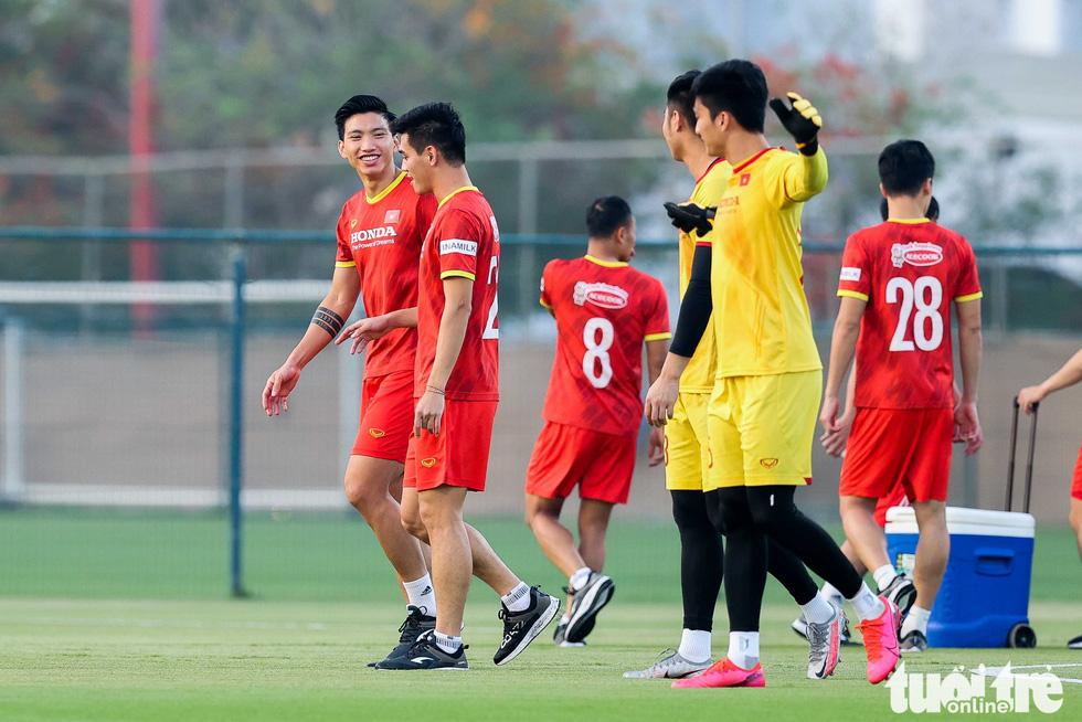 """HLV Park Hang Seo ngã sõng soài khi chơi """"đá ma"""" cùng Văn Toàn, Văn Thanh - Ảnh 5."""