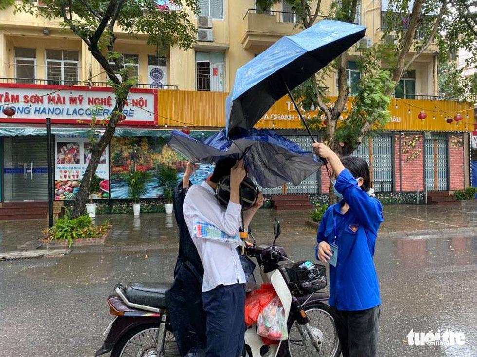 Những cái ôm khích lệ sĩ tử trong ngày mưa bão - Ảnh 5.