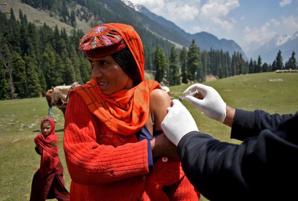Trèo đèo vượt suối ngày đêm mang vắc xin đến các bản làng Ấn Độ - Ảnh 2.