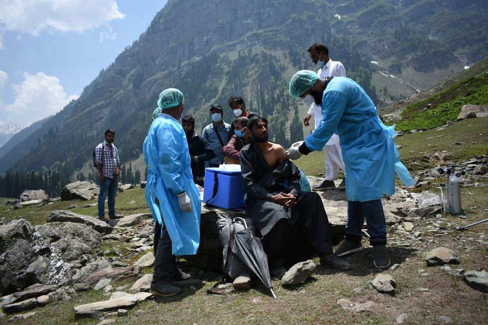 Trèo đèo vượt suối ngày đêm mang vắc xin đến các bản làng Ấn Độ - Ảnh 4.