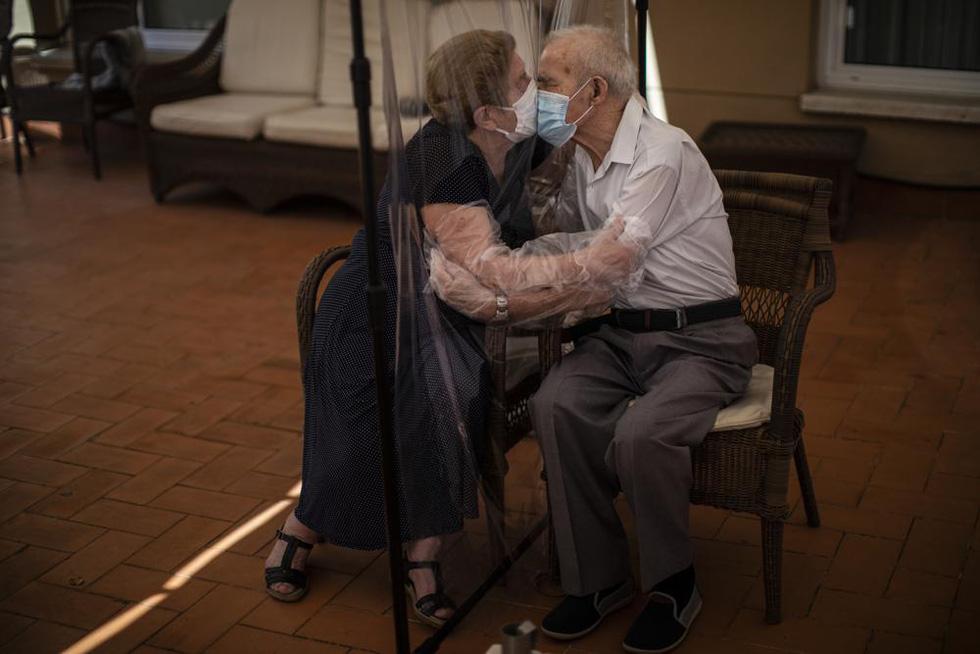 Ảnh người già vật lộn trong đại dịch COVID-19 giành giải báo chí Pulitzer 2021 - Ảnh 1.