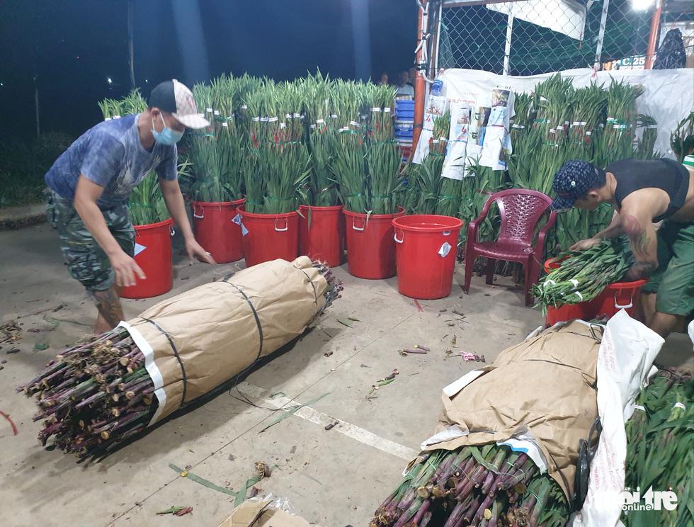 Giá hoa tăng gấp đôi trong ngày Tết Đoan Ngọ ở Sài Gòn - Ảnh 5.