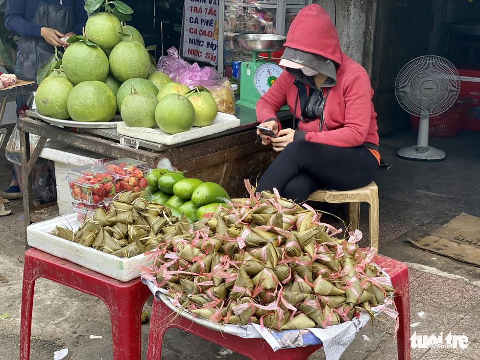 Giá hoa tăng gấp đôi trong ngày Tết Đoan Ngọ ở Sài Gòn - Ảnh 2.