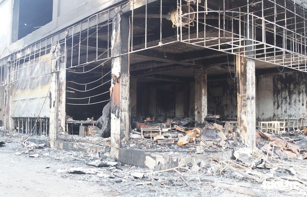 Hiện trường phòng trà tan hoang sau vụ cháy 6 người chết - Ảnh 4.