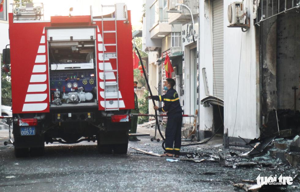 Hiện trường phòng trà tan hoang sau vụ cháy 6 người chết - Ảnh 5.