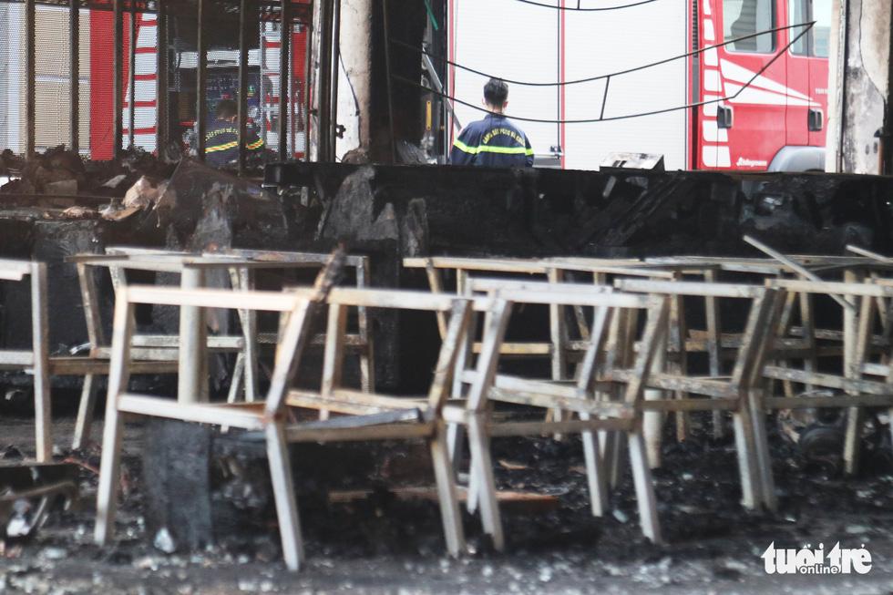 Hiện trường phòng trà tan hoang sau vụ cháy 6 người chết - Ảnh 8.