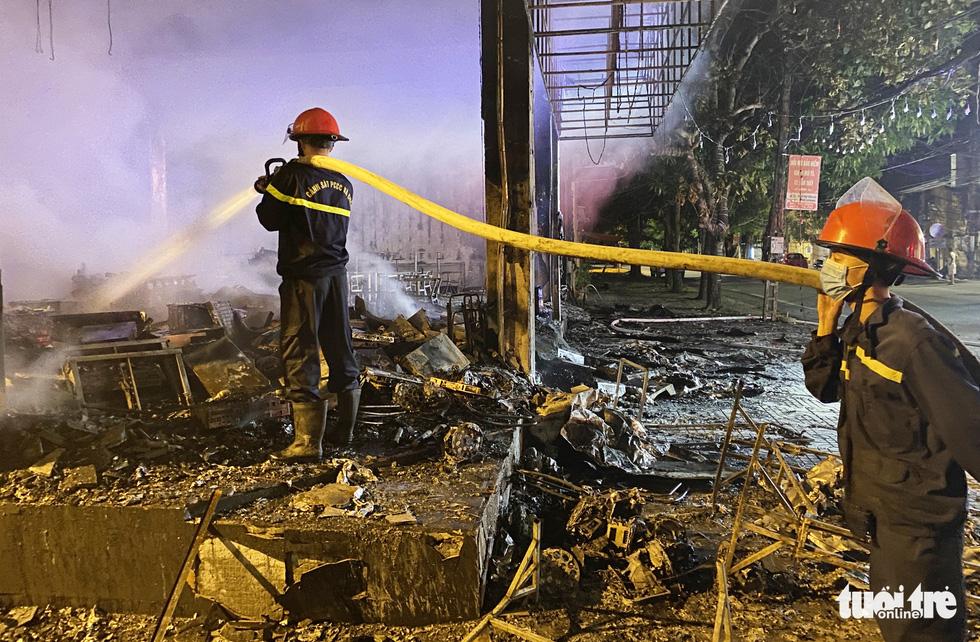 Dân đang xem Euro nghe tiếng nổ, phòng trà lớn cháy dữ dội, phát hiện 6 người chết - Ảnh 7.
