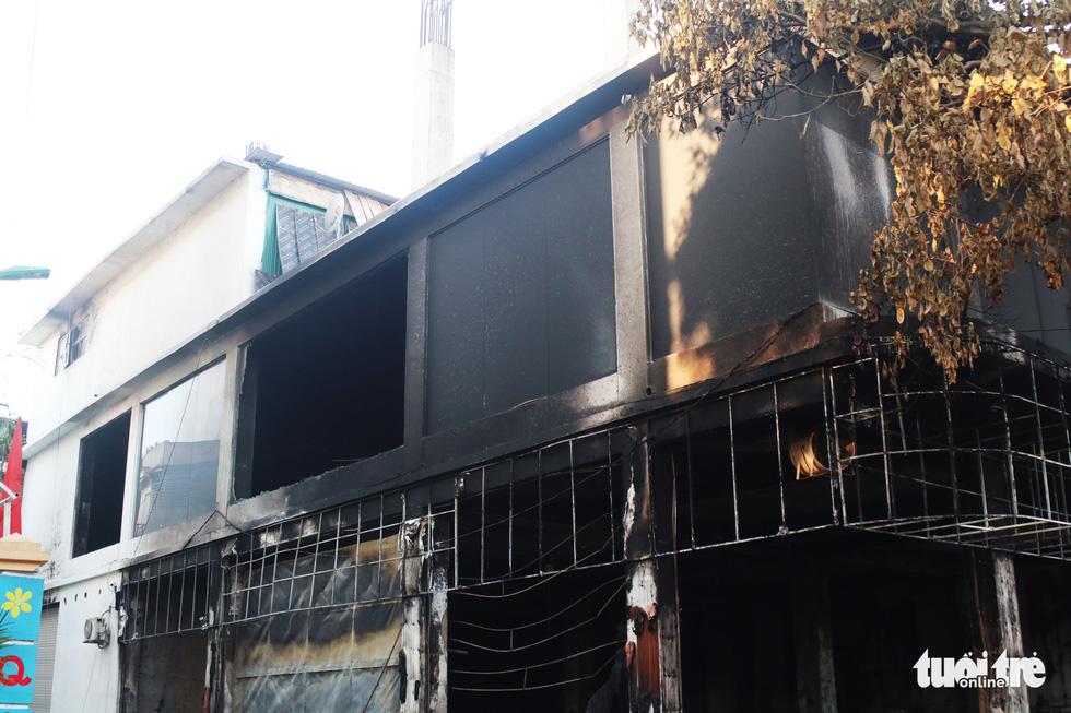Hiện trường phòng trà tan hoang sau vụ cháy 6 người chết - Ảnh 6.