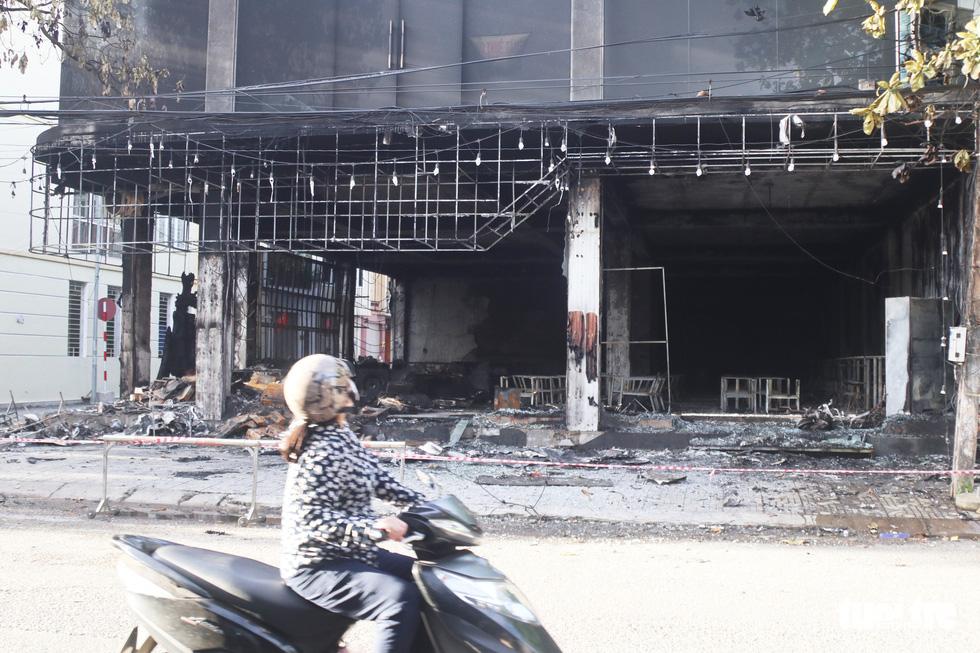 Hiện trường phòng trà tan hoang sau vụ cháy 6 người chết - Ảnh 1.