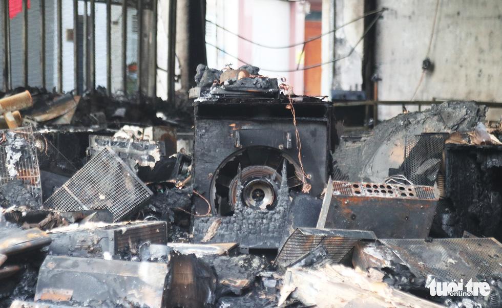 Hiện trường phòng trà tan hoang sau vụ cháy 6 người chết - Ảnh 10.
