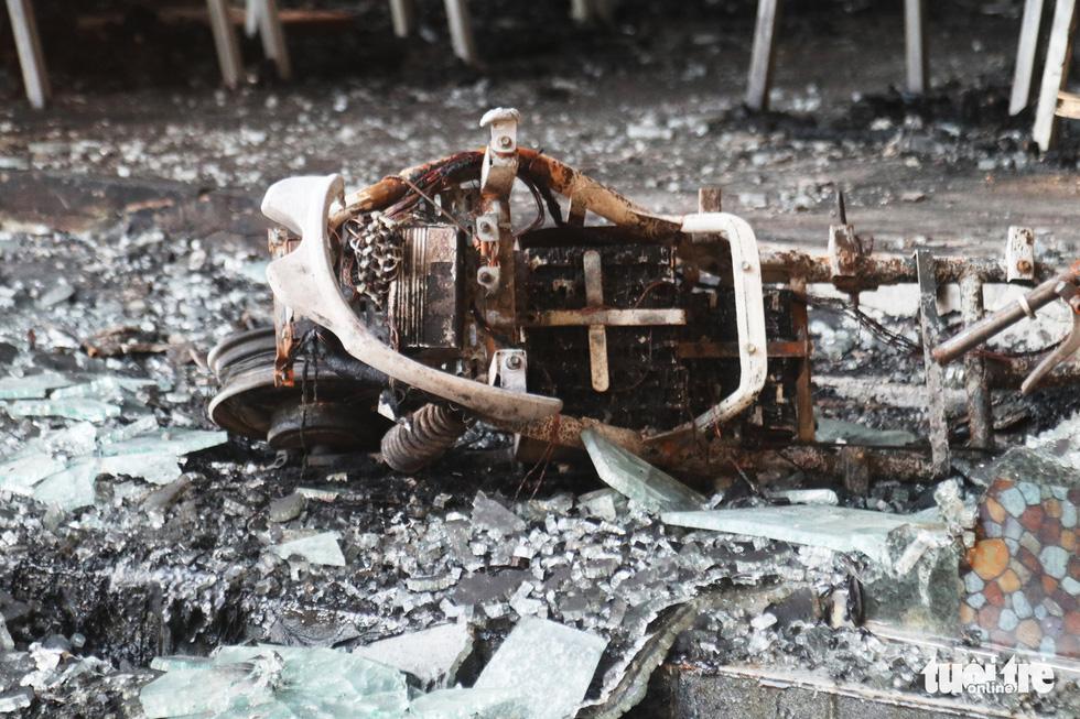 Hiện trường phòng trà tan hoang sau vụ cháy 6 người chết - Ảnh 9.